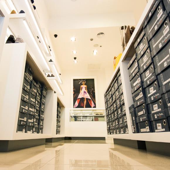 scarpe-borse-accessoti-negozio-ebe-group-renato-balestra-donna-logistica